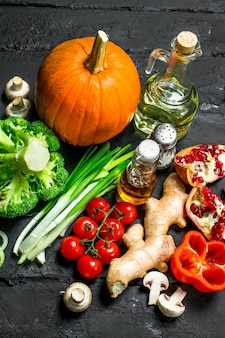 유기농 식품. 검은 나무 테이블에 다른 건강 야채입니다.