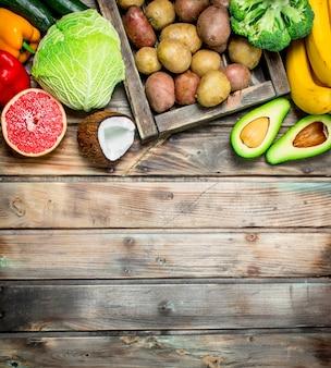 유기농 식품. 신선한 과일과 야채. 나무 배경.