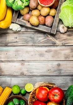 自然食品。木製のテーブルに新鮮な果物や野菜。