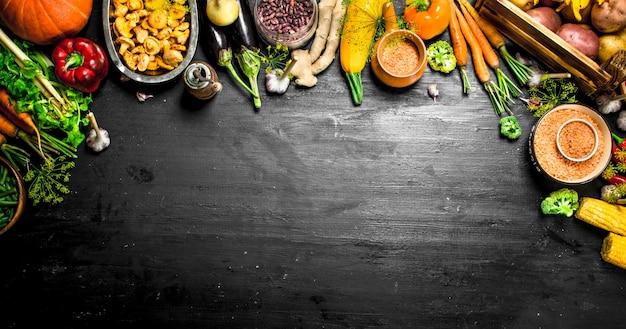 有機食品黒い黒板に野菜や果物の新鮮な収穫