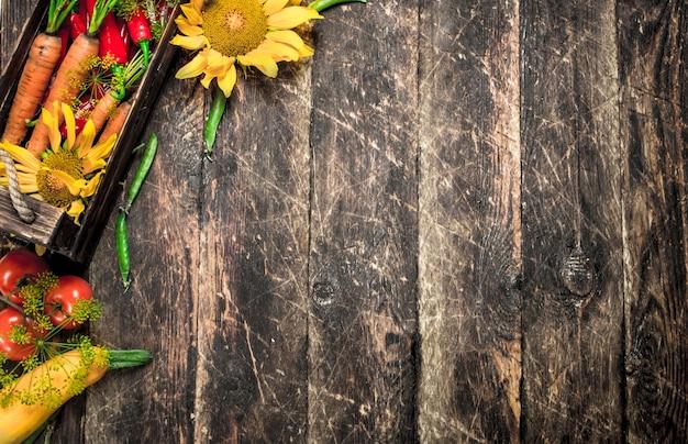 自然食品。野菜の新鮮な収穫。木製の背景に。
