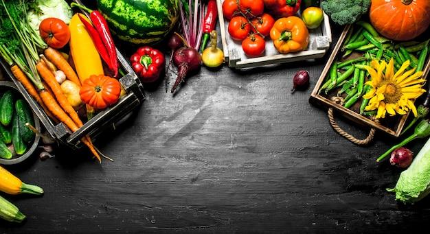 有機食品古い箱に入った新鮮な野菜や果物