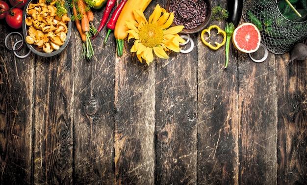 自然食品。新鮮な野菜や果物。木製の背景に。
