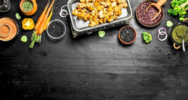 自然食品。新鮮な野菜とキノコ。黒い黒板に。
