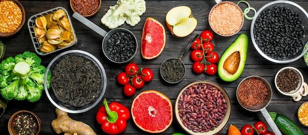 自然食品。新鮮な野菜とマメ科植物のスパイス。木の上。