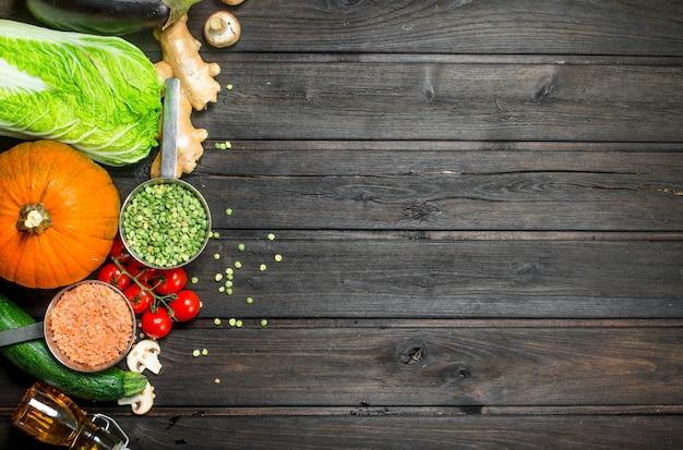 自然食品。新鮮な野菜とマメ科植物のスパイス。
