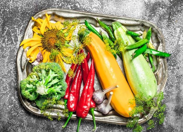 有機食品素朴な背景のスチールトレイに新鮮な野菜