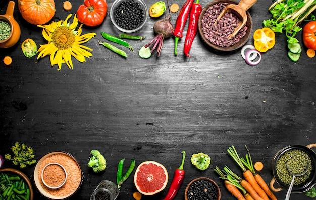 自然食品。新鮮な野菜 。黒い黒板に