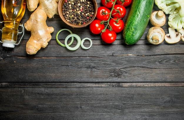 自然食品。スパイスと新鮮な野菜。木製の背景に。