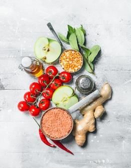 유기농 식품. 콩과 식물과 야채와 과일의 건강한 구색. 소박한 표면에.