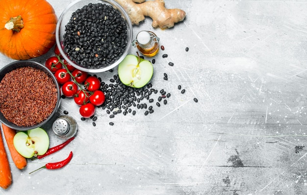 Органическая еда. здоровый ассортимент овощей и фруктов с бобовыми на деревенском столе.