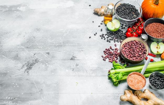 유기농 식품. 콩과 식물과 야채와 과일의 건강한 구색. 소박한.