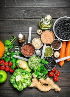 自然食品。素朴なテーブルにマメ科植物と野菜や果物の健康的な品揃え。