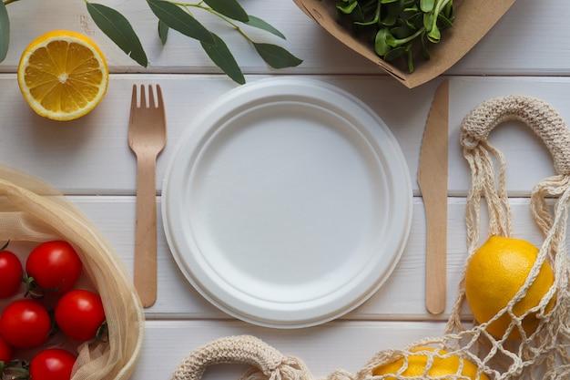 空のプレートとエコ使い捨て器具の有機食品