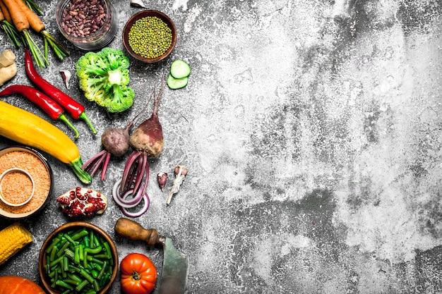自然食品。新鮮な野菜とマメ科植物。素朴な背景に。