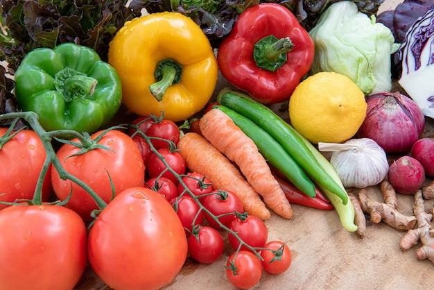 木の板に有機食品、生の有機野菜の盛り合わせ