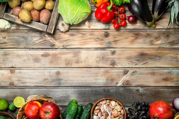 自然食品。木製のテーブルの上の有機野菜や果物。