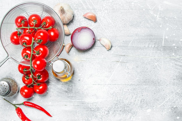유기농 식품. 향신료와 잘 익은 토마토. 소박한 배경.