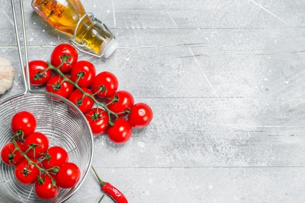 유기농 식품. 향신료와 잘 익은 토마토. 소박한 테이블에.