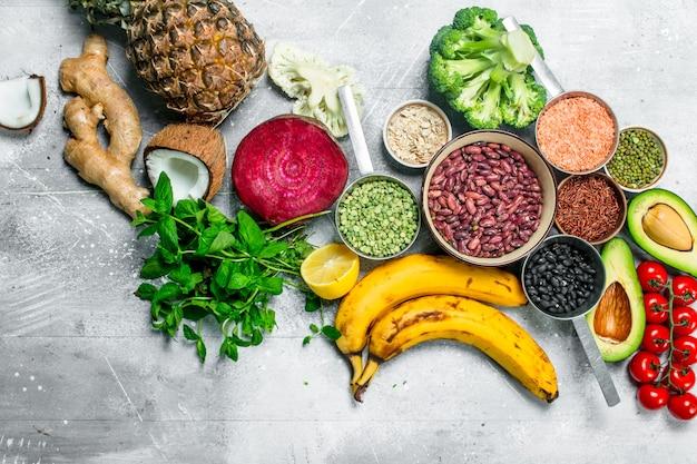 自然食品。マメ科植物と熟した野菜。素朴な背景に。