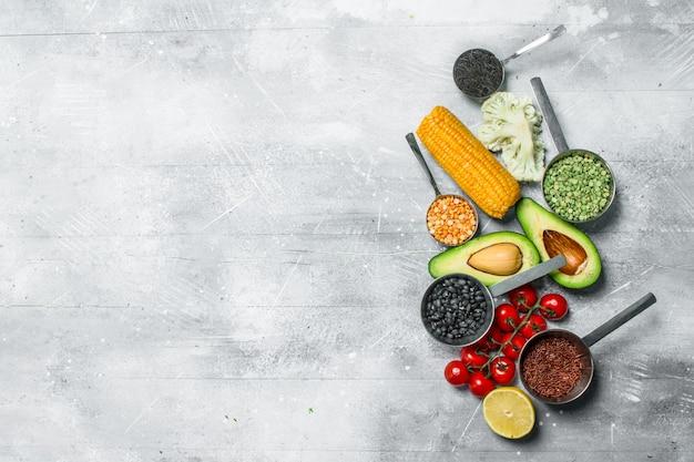 유기농 식품. 콩과 식물로 익은 야채. 소박한 배경.