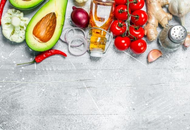 自然食品。素朴なテーブルの上にオリーブオイルで熟した野菜。