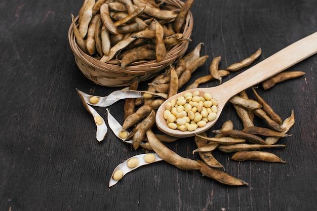 自然食品。大豆ダイエット。台所のテーブルに大豆の種子