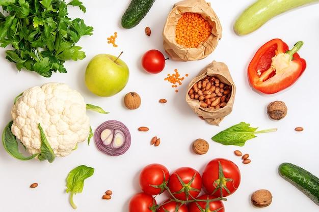 有機食品、野菜、シリアル、白い背景のビーガン食品、上面図。