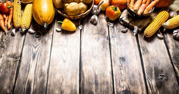 Органическая еда. желтые осенние овощи. на деревянном фоне