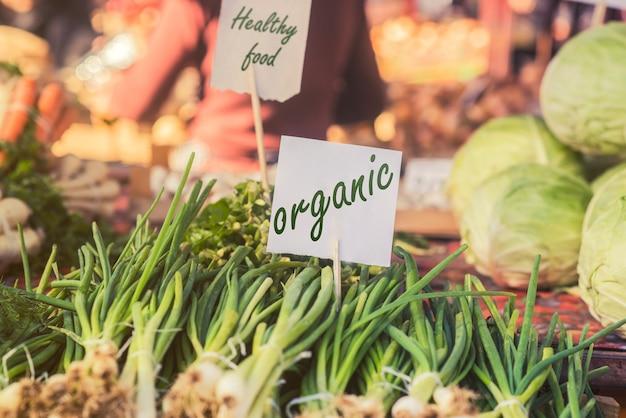 有機食品。地元の農家市場での新鮮な有機食品。農家市場は伝統的な農産物の販売方法です。