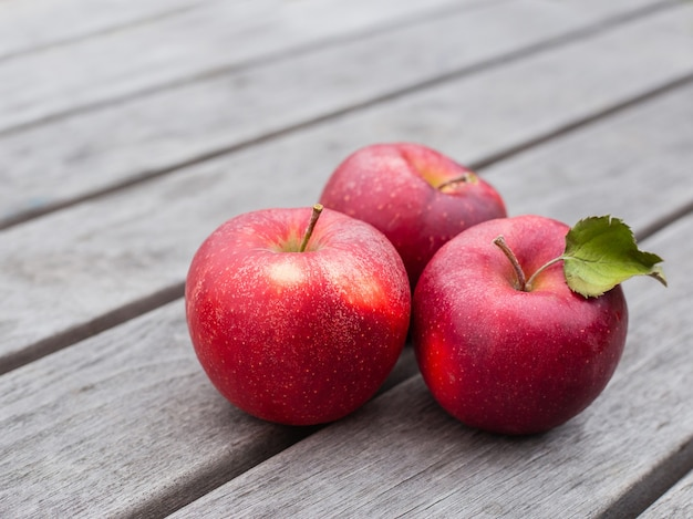 Organic fresh apples on wooden background. agriculture concept theme with fresh apples in nature
