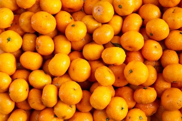 Органические свежие апельсины мандарин, вымытые и подготовленные к вечеринке