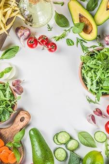 Плоские органические свежие сырые овощи. здоровая пища приготовления фона с различными ингредиентами овощного салата.