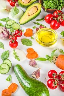 有機新鮮な生野菜フラットレイ。さまざまな野菜サラダの材料を使用した健康食品料理の背景。