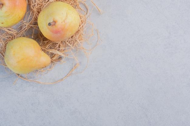 Pera gialla fresca organica su fondo grigio.