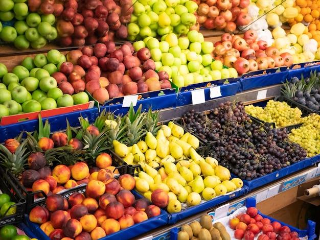 녹색 식품 매장 시장의 유기농 과일 카운터. 사이드 하이 앵글 샷