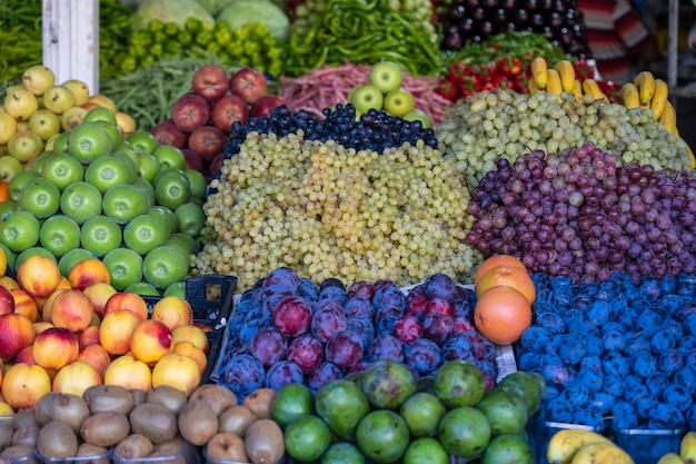 터키 보드룸의 농민 시장에서 유기농 과일. 거리 시장에서 판매되는 신선한 과일