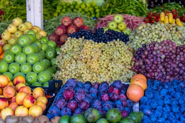 トルコのボドルムのファーマーズマーケットでのオーガニックフルーツ。ストリートマーケットで販売されている新鮮な果物