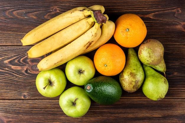 Органические фрукты, изолированные на столе