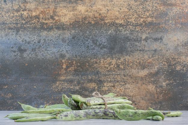 Fagiolini biologici sulla superficie della pietra. foto di alta qualità
