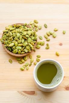 Органический зеленый чай матча и съедобные семена закуски из гиацинтовых бобов