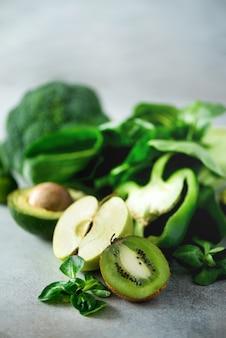 Органические зеленые овощи и фрукты. зеленое яблоко, салат, огурец, авокадо, капуста, лайм, киви, виноград, банан, брокколи
