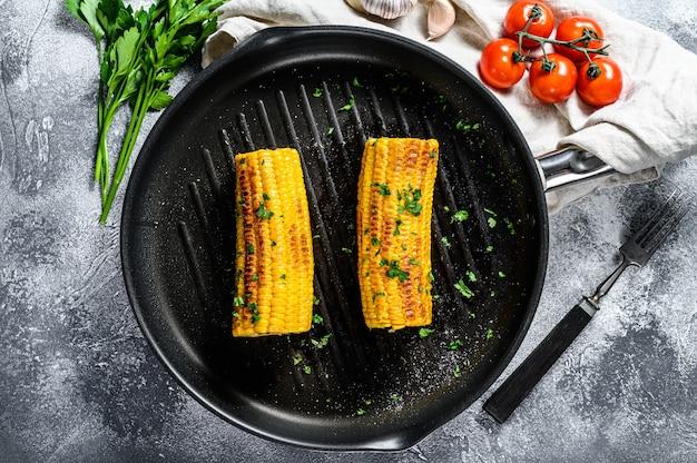 Органическая жареная кукуруза на сковороде. органические фермерские овощи.