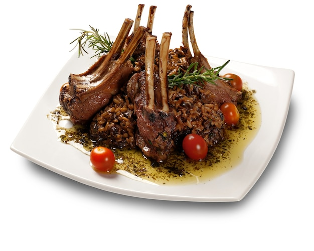 마늘과 흑미를 곁들인 유기농 구운 양고기 갈비