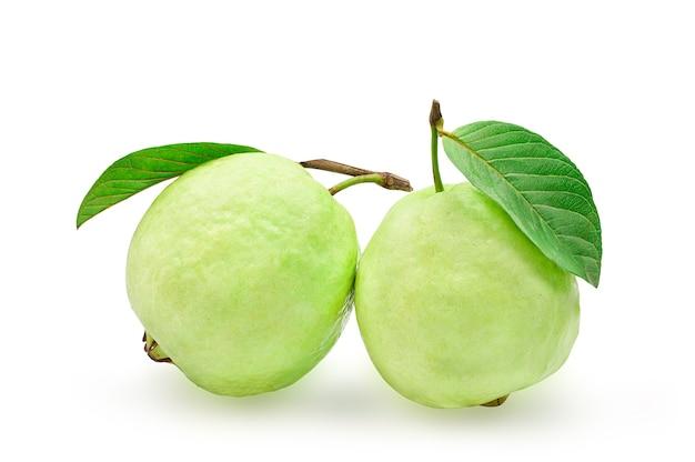 Органические плоды гуавы с зелеными листьями