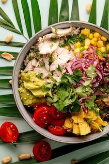 Органическая гавайская курица с рисом и овощами Premium Фотографии