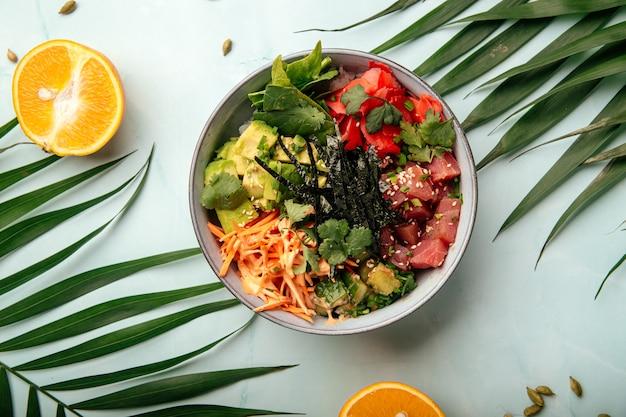 Органический гавайский тунец с рисом и овощами