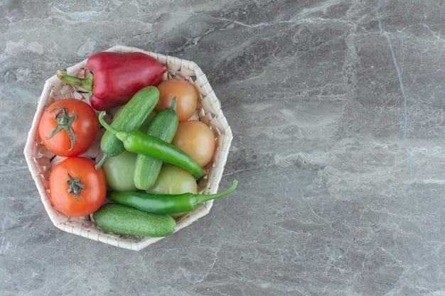 有機健康農業用品。かごの中の新鮮な野菜。