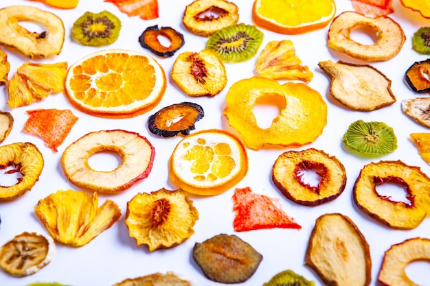 Органическое здоровое ассорти из сухофруктов крупным планом закуски из сухофруктов сушеные яблоки манго фейхоа курага чернослив вид сверху