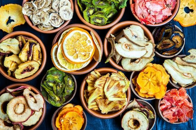 Ассорти из органических здоровых сушеных фруктов крупным планом